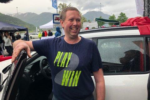 VINNAR: – Dette skal eg nok klare å venne meg til, sa vinnar av ein heilt ny Volvo, Paul Nygård frå Kanndalen.