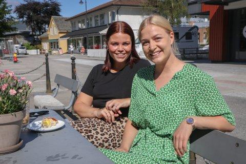 I TVIL: Emilie Ødelien (t.v.) og Ingeborg Hagen Igland er to av mange unge som er usikre på om det er lurt å gjere storkommunen endå større.