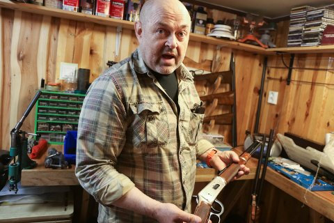 STOLT: Kjell Tonheim viser stolt fram våpensamlinga, og kan fortelje i detalj om kvar enkelt børse.