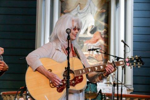 EI AV DEI STØRSTE INNAN COUNTRY: Amerikanske Emmylou Harris har arbeida mykje med mellom anna Dolly Parton, i tillegg til å ha selt kring 15 millionar album og vunne 14 «Grammy»-prisar.