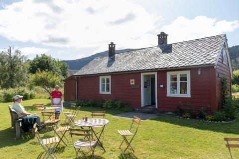 BESTEFARSSTUA: Huset er ein del av klokkargarden på Jakob Sande-tunet, og fungere i sommarsesongen som ein kafe.