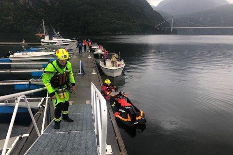REDNINGAKSJON: Torsdag ettermiddag går det føre seg ein stor redningsaksjon etter den sakna mannen i Dalsfjorden.