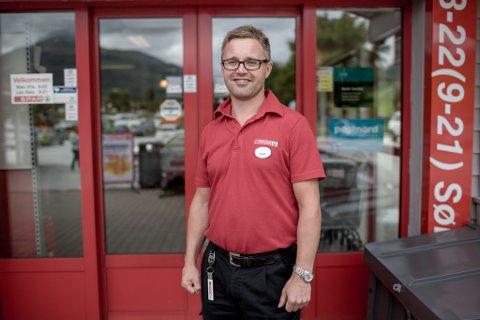 Eirik Hjelmbrekke, butikksjef og dagleg leiar på Jølstraholmen senter, har store planar.