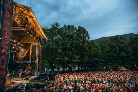 UTSELT I ÅR OGSÅ: Det var trangt om plassane under Weezer-konserten laurdag kveld.