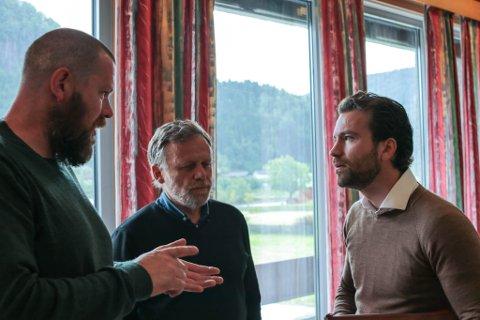 KRITSISK: Artikkelforfattarer er kritisk til det han oppfattar som rolleblanding og samarbeid på tvers av ulike interesser i Engebø-sakak. Bildet er frå Kommunestyret i Naustdal, der SVs Åsmund Berthelsen og Ole Erik Thingnes er i samtale med Tore-Viana Rønningen.