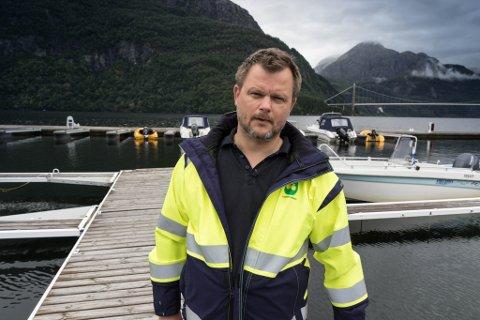 SØRGAR: Jon Håkon Odd er ordførar i Leikanger. Han var komen for å vise si støtte til leiteaksjonen.