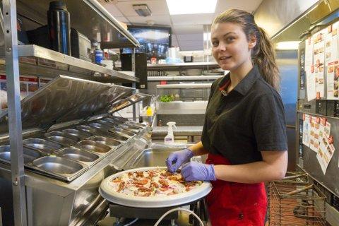 I SVING: Nikoline Sæthre jobbar som kokk på Peppes i Førde. – Eg siktar litt høgt. Draumen er å bli kjøkkensjef eller å ha eigen restaurant, seier 22-åringen. Til hausten skal ho jobbe som lærling i Oslo.