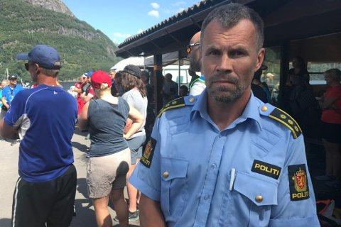 ROSAR ARBEIDET: Lensmann ved Førde og Naustdal lensmannskontor, Dag Fiske, seier at mannskap og frivillige har gjort ein fantastisk innsats under leiteaksjonen i Dalsfjorden.