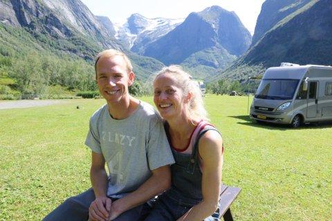 TRIVST: Berthe Marie Bjørnstad og Staffan Bengtsson er på Høyseth berre deler av året, men målet er å vere fastbuande i løpet av tre år. Frå Høyseth har dei utsikt til Fonn og mektige Gallen, midt på bildet i bakgrunnen.