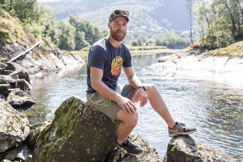 PÅ LAND: Anders Neteland (30) er ein ivrig laksefiskar i Nausta. No har han lagt stanga vekk for ei tid, og oppmodar andre som har fiskerett til å gjere det samme.