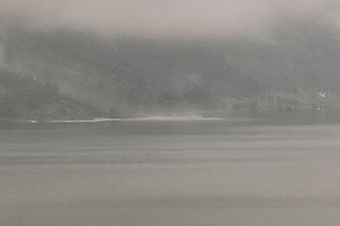 80 METER: Like før klokka 21 blei det meldt om eit nytt, rundt 80 meter breitt ras på sørsida av Jølstravatnet.