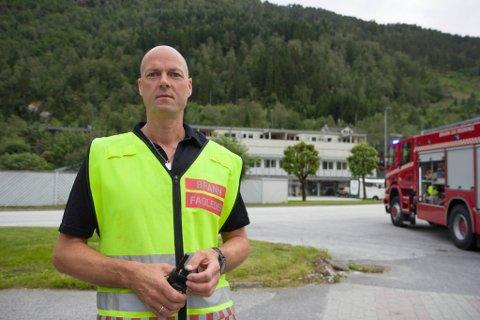 ANSVARLEG: Innsatsleiar for brann, Bjørn Berge, seier at dei undersøker tankane i området.