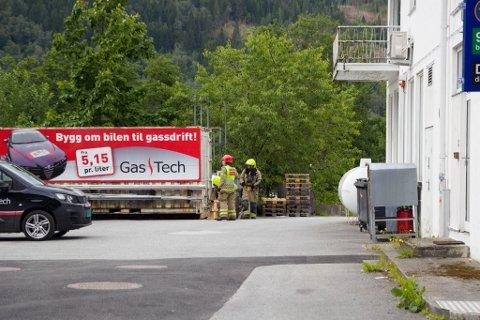 UNDERSØKER: Tankane tilknytta bensinsttasjonen vart undersøkt.