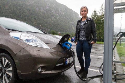 PITSTOP: Marita Sæthre (35) lada bilen sin i Førde, før ho reiste heim til Nordfjordeid.