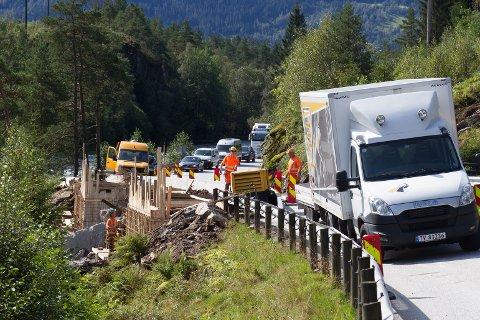 Nokre av dei største og mest synlege skadane på E39 skjedde ved Flaten, kring ein kilometer inn i Jølster kommune.