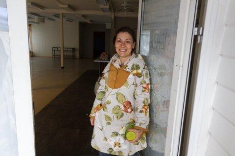 NY BUTIKK: Evangeline Sessford (32) opnar denne hausten Upscale på Sandane, ein ny gjenbruksbutikk, syverkstad og møteplass. Under Sandanedagane fekk folk eit hint om kva som kjem.