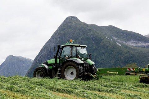 TIL SIDE: Den norske bonden vert sett til side, til fordel for auka eksport av sjømat og oljerelaterte produkt. Her er det avtalar det blir forhandla om, som ikkje berre vil gå ut over norsk landbruk, skriv artikkelforfattaren.