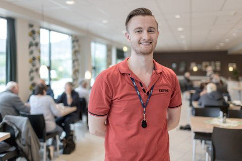 SJEF: Då Martin Haug var 16 år fekk han sommarjobb ved Coop- kaféen i Førde. I dag er han blitt ti år eldre og er for tida inne i stilling som butikksjef her.