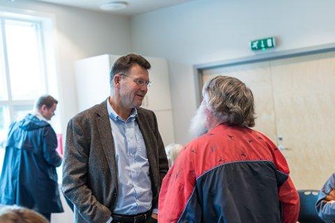 USAMDE: Raudts Magnar Falkenstein i prat med Ivar S. Fossum, adm.dir. i Nordic Mining. Begge hadde tatt turen til Naustdal for å få med seg avgjerda.