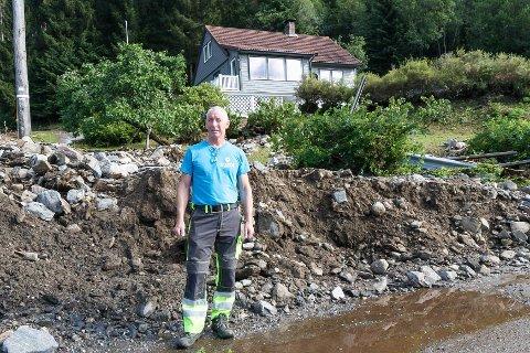 UVÊR: Vidar Solhaug utanfor huset sitt i Movika, to dagar etter ekstremvêret.