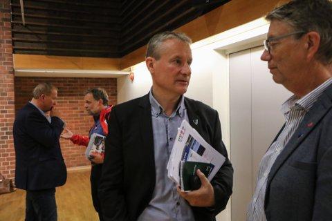 NØGD: Olve Grotle, her i samtale med Naustdal-ordførar Håkon Myrvang, er nøgd med at høyringsfristen til gruvedrift på Engebø no er utsett. Åsmund Berthelsen (i bakgrunnen t.h.) er også svært godt nøgd med avgjerda.