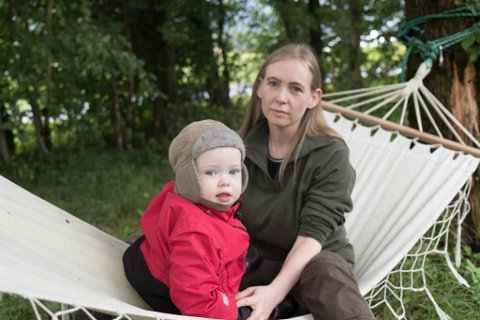 SKUMMEL OPPLEVING: Torsdag oppdaga Sissel Iren Skjerdal at dottera Ylva Linn (17 månader) hadde putta ein sopp i munnen. Det viste seg å vere ein av dei farlegaste soppane vi har i Norge.