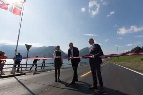 SISTE VEGOPNING PÅ EI STUND: Samferdsleminister Jon Georg Dale (Frp) opnar E39 Bjørset-Skei, flankert av fungerande regionvegsjef Tone Margrethe Oppedal og  ordførar Oddmund Klakegg (Sp).