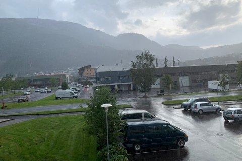 REGNBYER: Kraftige regnbyer på Øyrane i Førde rundt klokka halv seks onsdag ettermiddag.
