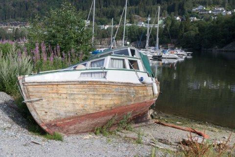 LIGG STRANDA: Her i småbåthamna har båten lege sidan starten av juni. Bildet er tatt 6. august.