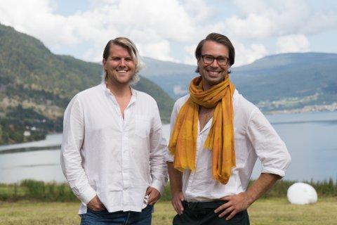 STÅR PÅ: Torstein Kollevåg og Eivind Kandal ønsker å ta drifta til nye høgder. – Ved å jobbe knallhardt med reiseliv og satsing på lokalmat, håpar vi å vere med å setje Gloppen på kartet.