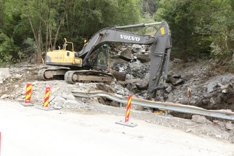 I GANG: Måndag var Statens vegvesen i gang med å rydde elveløpet under fylkesvegbrua. No er også NVE i gang med å rydde elveløpet ned til fjorden.