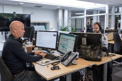 SKAL HALDE FRAM: Sjølv om fylket blir lagt ned, skal det framleis lagast radio frå NRK sitt kontor i Førde. Frå venstre: Stian Sjursen Takle og Erlend Blaalid Oldeide.