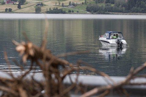 LEITA: Politiet har søkt med sonar og båt med magnetsøkar dei siste dagane. Her frå leitinga tysdag.