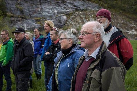 Alf Støfring (nærast kamera) er talsmann for grunneigarane. Bildet er frå ei synfaring i samband med utbygginga. Foto: Bent Are Iversen