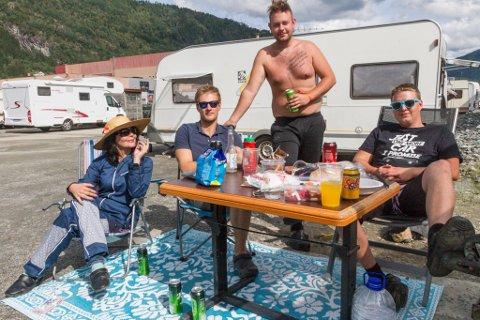 MARI OG GUTANE: F.v. Mari Melstvedt (36), Markus Stenevik (21), Bjarte Berg (24) og Aleksander Seievåg (27) delte ein meiningsfull frukost ilag.