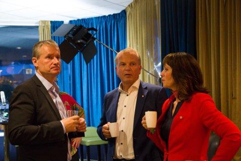 TOPPAR LISTA: Dei tre kandidatane som no konkurerer om ordførar-klubba i Sunnfjord, er svært populære både i eige og andre parti. Frå venstre Olve Grotle, Helge Robert Midtbø og Jenny Følling. Bildet er teke på valkvelden.