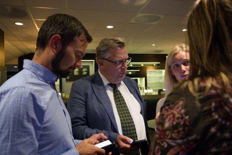 NEDTUR: Åge Avedal, Atle Hamar og Gunn Merete Paulsen diskuterer det dårlege resultatet valkvelden.