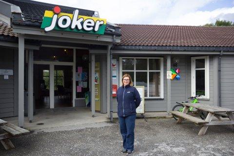 GODT ÅR: Kjøpmann Renate Berg foran Joker-butikken i Kvammen. Dei hadde eit godt år i 2020.