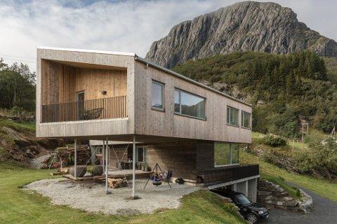 VED LIHESTEN: Ingrid Hatlem Skår, mannen Christian Hatlem Skår og sonen Olve har bygd seg hus i Lifjorden. – Dei kallar stilen nordisk modernisme. Det er ikkje funkis, men ikkje vanleg stil heller, seier Ingrid.