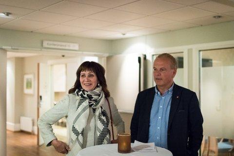UNDER FORHANDLINGANE: Bildet er tatt etter forhandlingsmøtet tirsdag kveld. Helge Robert Midtbø (Ap) har nettopp nekta å gje Jenny Følling (Sp) meir enn 50 prosent satilling som varaordførar.
