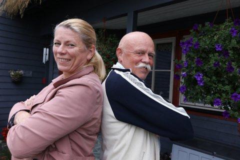 TIL SIDE: Siv-Karin Hestad og Kjell Navelsaker er samfunnsengasjert og representerer kvart sitt parti i den nye storkommunen, Sunnfjord kommune. - Uproblematisk, seier Navelsaker.