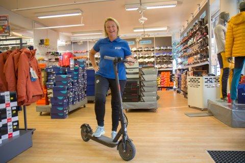 NYKOMMAREN: Randi Ysland viser fram el-sparkesykkelen som er til sals ved Intersport i Førde.