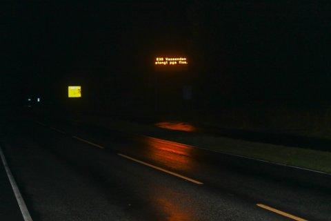 VARSLING: Laurdag kveld var det komme opp skilt ved Biltema i Førde om at vegen var stengd ved Vassenden.