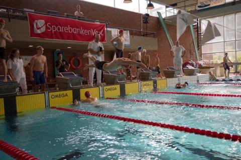 STUP: Siste veksling for Førde sitt førstelag under medleystafetten.