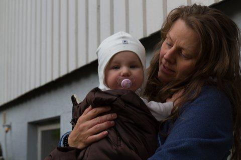 LIKE HEILE: Fride Marie Sølvberg og dottera Nora Loise Sølvberg (5) mnd. kom seg like heile over den overflauma vegen, då dei skulle gå frå huset sitt og ned til campingsplassen for å bli evakuerte.