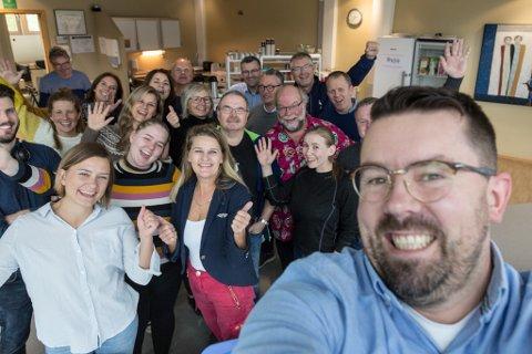FEIRING: Firda-gjengen jublar over at dei er kåra til årets mediehus 2019 i Amedia.