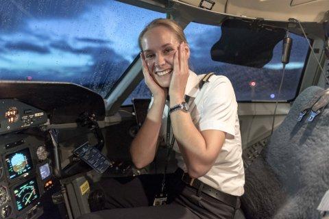 NØGD: Pilot Judith Skadal Atterås slit med å skjule si begeistring over å ha landa på Bringeland for første gong.