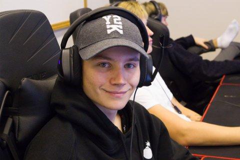 GLAD I AKTIVITET: Sander Berget Sørensen (18) speler gjerne League of Legends, men ikkje for lenge av gangen.