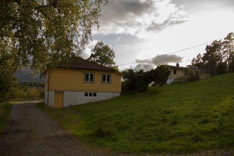 STORT AREAL: Eigedomen inkluderer to bustadhus og er på 197,6 daa.