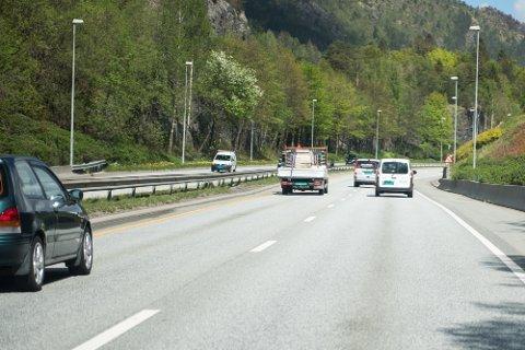 Få ting irriterer meir enn å hamne bak treige sjåførar, farleg er det òg.